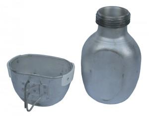Trinkbecher und Feldflasche